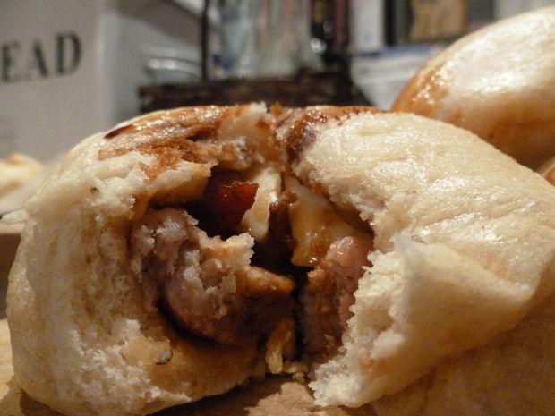 Bun cha lot top 10 mon an duong pho ngon nhat the gioi hinh anh 2 2. Bánh bao hấp (Tứ Xuyên, Trung Quốc): Bánh có vỏ làm bằng bột mì, nhân trứng cút, xúc xích và thịt hun khói. Bánh rất hấp dẫn trong những buổi sáng mùa đông lạnh.