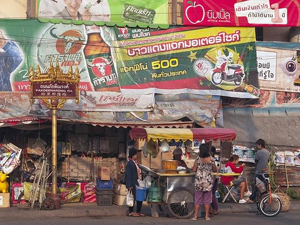 Bun cha lot top 10 mon an duong pho ngon nhat the gioi hinh anh 4 4. Chợ đêm Chiang Rai, Thái Lan là nơi được yêu thích với rất nhiều món ăn vặt, từ món cà ri xanh, sinh tố hoa quả tươi, đến các loại dế.