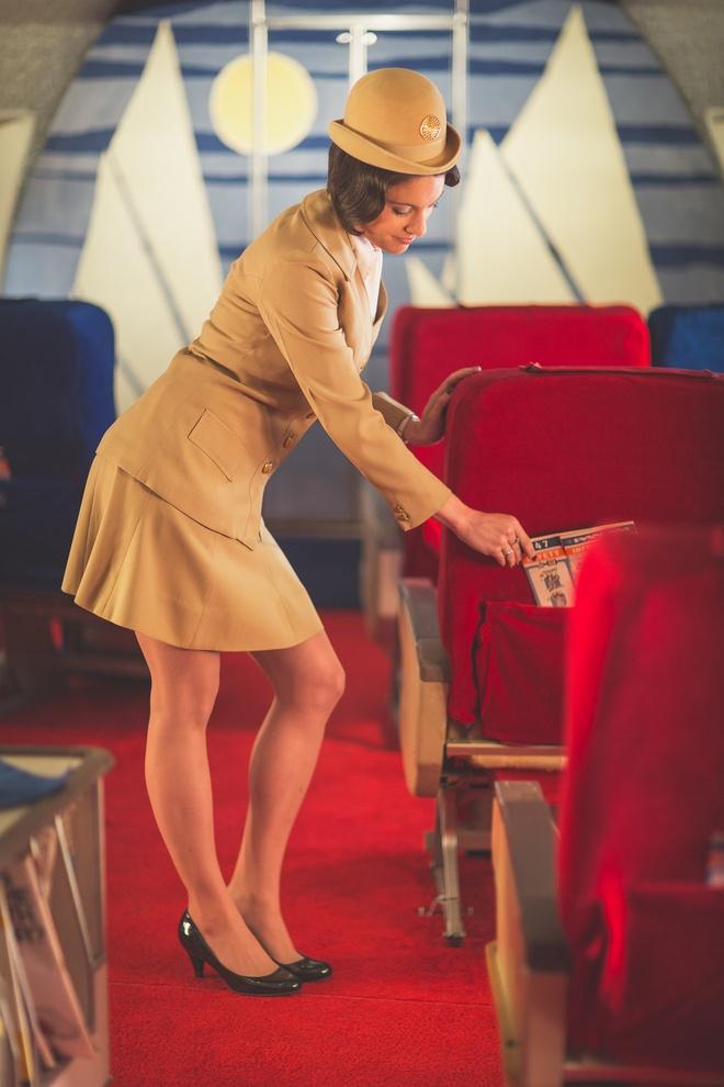 Chuyen bay nam 1960 khac ngay nay the nao? hinh anh 3 Tiếp viên nữ trong đồng phục thanh lịch.