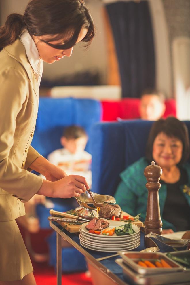 Chuyen bay nam 1960 khac ngay nay the nao? hinh anh 5 Thực đơn phong phú, từ bò bít tết cao cấp được phục vụ như trong nhà hàng...