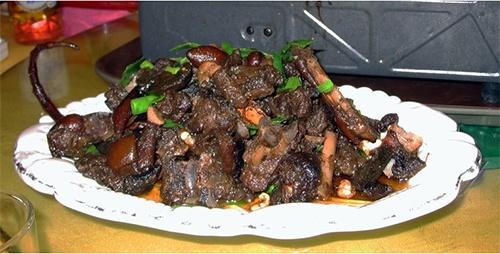 Nhung nuoc an thit cho, meo tren the gioi hinh anh 3 Philippines: Ở thủ đô Manila, luật pháp đặc biệt nghiêm cấm việc giết mổ và bán chó làm thịt, trừ các trường hợp nghiên cứu, hoặc kiểm soát số lượng động vật. Tuy nhiên, món thịt chó hầm asocena vẫn được bán ở một số tỉnh phía bắc Philippines. Thịt được ướp giấm trước khi rán và đảo đều với nước sốt cà chua. Thành phần không thể thiếu của món ăn này là gan vì giúp món ăn có độ quánh và thơm hơn.