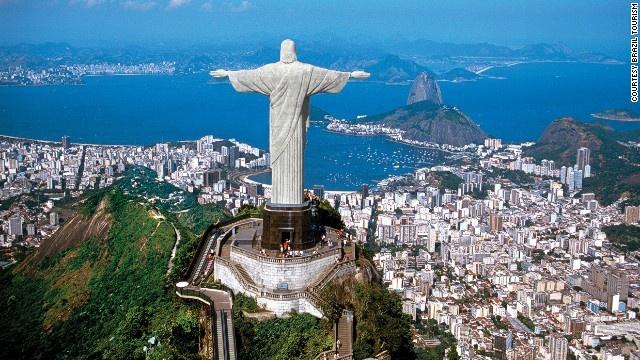 10 buc tuong ton giao lon nhat the gioi hinh anh 1 Tượng Chúa cứu thế (Rio de Janeiro): Tượng cao 30 m, nặng 635 tấn, nằm trên đỉnh núi Corcovado  thuộc công viên quốc gia rừng Tijuca nhìn về thành phố. Tượng được làm từ bê tông cốt thép và đá biến chất steatit, được xây dựng từ năm 1922 đến năm 1931. Trung bình mỗi mùa hè, tượng Chúa bị sét đánh 12 lần.
