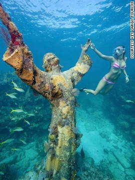 10 buc tuong ton giao lon nhat the gioi hinh anh 2 Tượng Christ of the Abyss (Florida): Nằm cách mặt nước 7 m ở biển Key Largo, Florida từ năm 1965, bức tượng bằng đồng cao 2,6 m, nặng 260 kg, nằm trên 9 tấn bê tông là một trong 3 kiệt tác của nghệ sĩ người Italy Guido Galletti. 2 bản sao khác nằm ở Grenada, Caribbe và Địa Trung Hải ngoài khơi bờ biển của Italy.