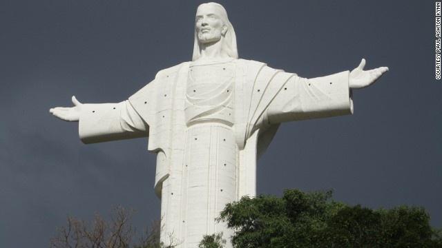 10 buc tuong ton giao lon nhat the gioi hinh anh 4 Tượng Cristo de la Concordia (Bolivia): cao 33 m, mỗi mét tượng trưng cho một năm cuộc đời của Chúa Jesus. Đây là tượng Chúa Jesus lớn thứ hai trên thế giới. Vào các ngày chủ nhật, du khách có thể leo lên đài quan sát ở phần cánh tay để chiêm ngưỡng toàn cảnh thành phố Cochabamba.