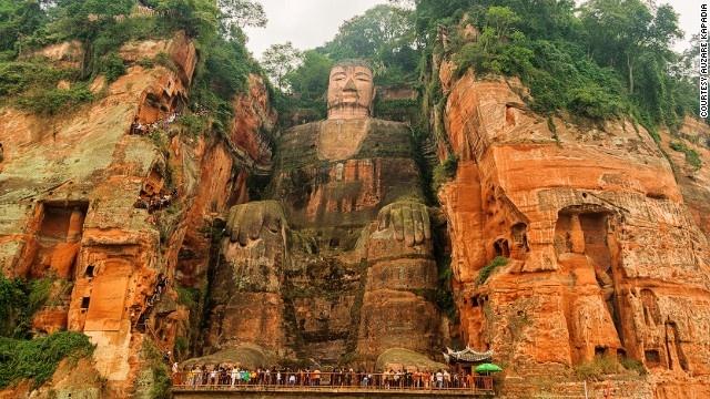 10 buc tuong ton giao lon nhat the gioi hinh anh 6 Tượng Lạc Sơn Đại Phật (Tứ Xuyên, Trung Quốc):  Tượng được chạm khắc trực tiếp vào vách đá Thê Loan của núi Lăng Vân, nằm ở đoạn hợp lưu của ba con sông Mân Giang, Đại Độ và Thanh Y. Tượng mô tả Phật Di Lặc (Maitreya hay Bodi Sattra) ở tư thế ngồi có chiều cao 71 m, riêng các ngón tay có độ dài tới 3 m. Tượng được làm từ năm 713 – 803 sau công nguyên, do một nhà sư Trung Quốc là hòa thượng Hải Thông chỉ huy. Ông hy vọng rằng Phật có thể giúp làm cho nước sông êm đềm tạo thuận lợi cho tàu thuyền đi lại trên sông.
