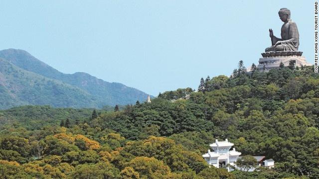 10 buc tuong ton giao lon nhat the gioi hinh anh 8 Tượng Đại Phật Thiên Tân (Hong Kong): Đây là tượng Phật ngồi ngoài trời bằng đồng lớn nhất thế giới và phải mất đến 12 năm để hoàn thành. Tượng cao 34 m, nặng 250 tấn, có thể nhìn thấy từ Macau. Lòng tượng rỗng, bên trong có ba thánh đường lưu giữ nhiều bảo vật của Phật giáo. Ở đây còn có một quả chuông khổng lồ cứ 7 phút lại đánh một lần, biểu trưng cho sự giải thoát của 108 điều phiền não của con người.