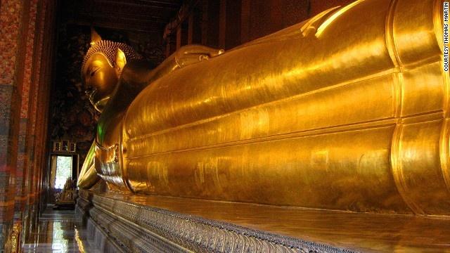 10 buc tuong ton giao lon nhat the gioi hinh anh 9 Tượng Phật nằm ở chùa Wat Pho (Bangkok, Thái Lan): Bức tượng nằm nghiêng dài 43m, cao 15m, toàn được dát một lớp vàng lá nguyên chất, tượng mô phỏng theo hình dáng Phật Thích Ca nhập Niết Bàn. Chân và đôi mắt của tượng Phật Nằm được cẩn ngọc trai, trên 2 bàn chân của pho tượng có khắc 108 chữ Phạn. 108 bát đồng được đặt dọc thân tượng để du khách có thể bỏ xu và ước. Số tiền này được sử dụng để bảo tồn chùa Wat Pho.