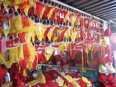 Nhung kieu don nam moi ky cuc o cac nuoc hinh anh 1 Sao Paulo, Brazil: Pháo hoa ngoạn mục, những bữa tiệc đường phố, nhảy nhót tưng bừng khắp nơi là đặc trưng của Sao Paolo. Nhưng điều đặc biệt nhất trong phong tục ở đây là mọi người mặc những chiếc quần nhỏ đầy màu sắc để cầu may. Họ tin rằng những chiếc quần màu đỏ và vàng mang lại tình yêu và tiền bạc trong năm mới. Những chiếc quần màu mè lòe loẹt này được bán đầy rẫy ở chợ và trên các đường phố.