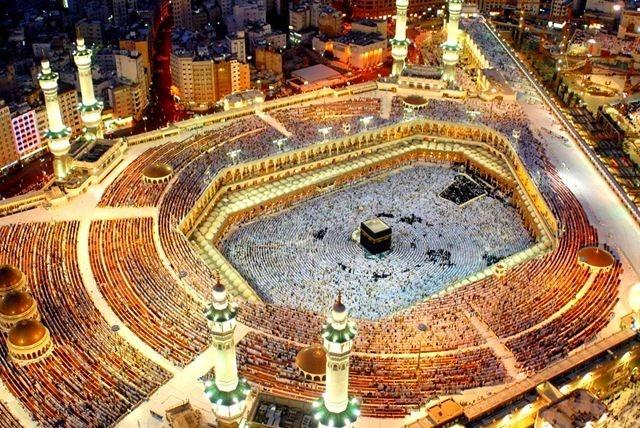 Nhung thanh duong Hoi giao long lay nhat the gioi hinh anh 1 Đây là nơi đầu tiên được xây dựng cho các tín đồ Allah cầu nguyện, được mở vào năm 638 sau công nguyên. Al Haram là thánh đường rộng nhất và lâu đời nhất thế giới. Cấu trúc hiện tại của thánh đường có diện tích 356.800 m2, bao gồm các không gian cầu nguyện ngoài trời và trong nhà, có thể chứa đến 4 triệu tín đồ trong thời gian Hajj, một trong những cuộc tụ họp lớn nhất hàng năm của người Hồi giáo trên thế giới.