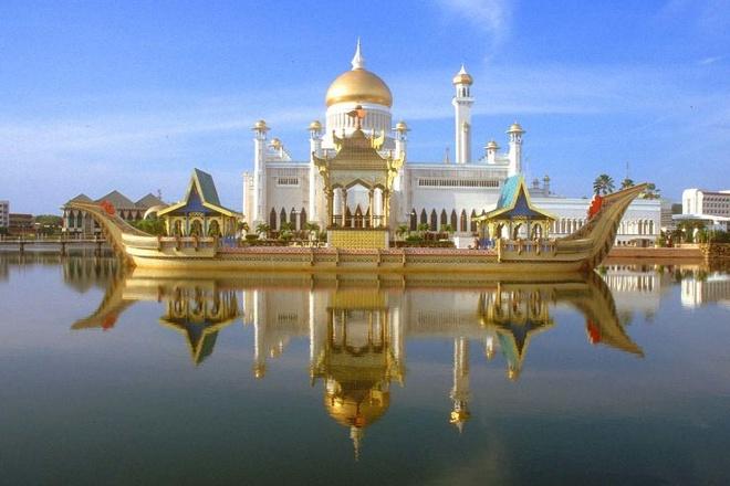 Nhung thanh duong Hoi giao long lay nhat the gioi hinh anh 5 Thánh đường Sultan Omar Ali Saifuddin, Brunei: Thánh đường hoàng gia Brunei nằm tại Bandar Seri Begawan, thủ phủ của vương quốc Hồi giáo Brunei. Đây được coi là một trong những thánh đường đẹp nhất châu Á Thái Bình Dương, và là địa điểm hút khách chính ở Brunei. Thánh đường được xây dựng năm 1958, kết hợp kiến trúc thời Phục hưng và phong cách Ấn Độ Mughal cùng kiến trúc Hồi giáo truyền thống.