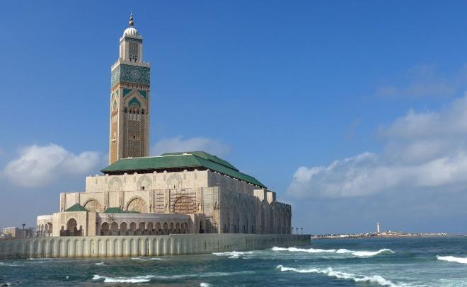 Nhung thanh duong Hoi giao long lay nhat the gioi hinh anh 7 4. Thánh đường Hassan II Mosque - Casablanca, Morocco: Đây là thánh đường lớn thứ 7 trên thế giới. Ngọn tháp (minara) của thánh đường cao nhất thế giới trong số các ngọn tháp nhà thờ Hồi giáo với chiều cao 210 m. Tháp bao gồm 60 tầng, với đèn laser ở đỉnh, chiếu về hướng thánh địa Mecca.