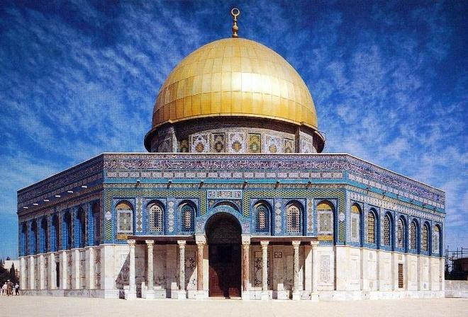 Nhung thanh duong Hoi giao long lay nhat the gioi hinh anh 10 Được xây dựng vào khoảng năm 690 sau công nguyên, người ta tin rằng, từ nơi đây nhà tiên tri Mohammad đã bay lên thiêng đàng trên con ngựa có cánh.  Giáo đường chính là Al-Aqsa nằm về phía nam của đền thờ này. Đền phần dưới hình bát giác, phía trên là một mái vòm tròn theo kiến trúc Byzance, được dựng khoảng năm 690, và vẫn còn nguyên vẹn đến nay. Phần mái vòm trước kia lợp ngói, sau đó năm 1964 vua Jordan đứng ra kêu gọi thế giới Ả Rập bỏ tiền làm lại mái bằng kim loại, bên ngoài dát vàng thật. Mái vòm trở thành biểu tượng rực rỡ nhất trong ánh nắng của Jerusalem.