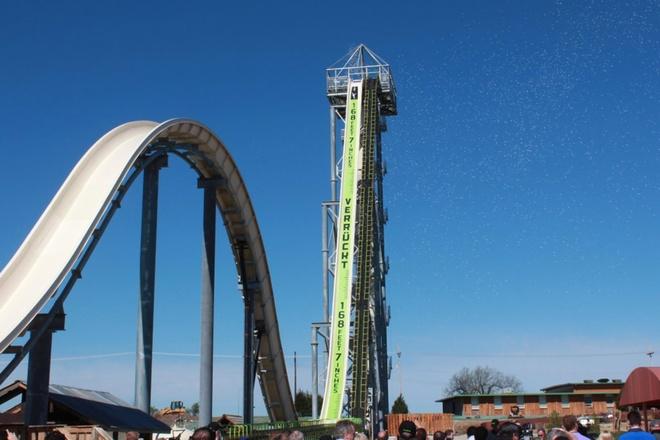 Nhung mang truot gay dau tim nhat the gioi hinh anh 1 Verruckt, Đức: Được mở vào tháng 7/2014, máng trượt Verruckt (theo tiếng Đức có nghĩa là điên rồ) ở thành phố Schlitterbahn Kansas được liệt vào kỷ lục Guinness là máng trượt cao nhất thế giới với chiều cao 51,38 m, cao hơn thác Niagra, cho vận tốc trượt lên tới 112 km/h. Một đường trượt ở đây chỉ mất 10 giây.