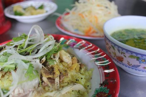 10 mon ngon nhat dinh phai thu khi den Hoi An hinh anh 2 Cơm gà: Hàng cơm gà nổi tiếng nhất ở Hội An là cơm gà bà Buội ở số 26 Phan Châu Trinh. Cơm gà tơi và thơm, thịt gà dai, vàng suộm, đi kèm một bát canh nhỏ, đủ làm hài lòng những thực khách khó tính nhất. (Ảnh: Hivietnam)