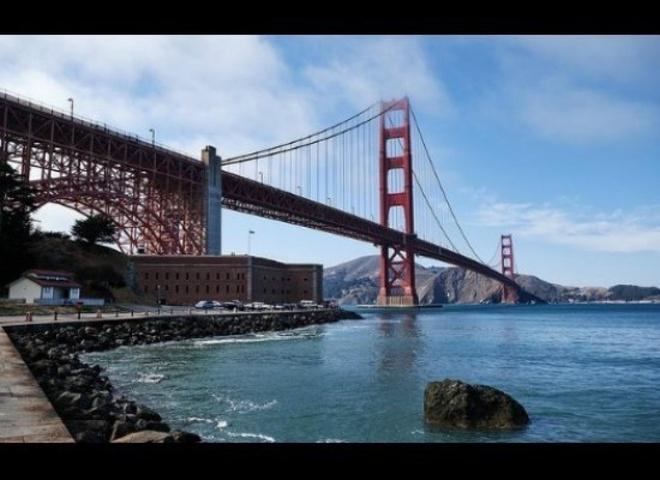 """San Francisco, Mỹ & Tokyo, Nhật Bản - phim """"Big Hero 6″: Địa danh San Fransokyo, sự kết hợp thú vị giữa San Francisco và Tokyo, chính là bối cảnh của bộ phim hoạt hình được đề cử Oscar Big Hero 6. Phim là sự hòa trộn giữa hai thành phố lớn của Mỹ và Nhật, với hình ảnh cây cầu Cổng Vàng nổi tiếng ở San Francisco cùng những đền đài của Nhật."""