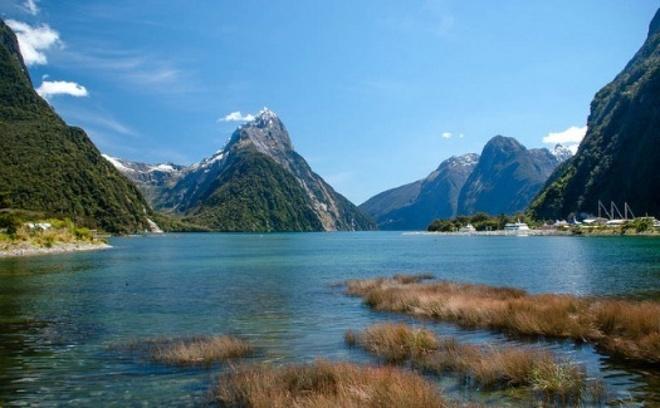 """New Zealand - phim """"The Hobbit: The Battle of the Five Armies"""":  Không có gì ngạc nhiên khi đạo diễn kiêm sản xuất phim Peter Jackson chọn bối cảnh phim ở ngay trên quê hương ông. Khí hậu, khung cảnh thiên nhiên xanh mướt cùng những ngọn núi điệp trùng ở đây hoàn toàn khớp với trí tưởng tượng phong phú của nhà văn Tolkien trong tập phim The Hobbit: The Battle of the Five."""