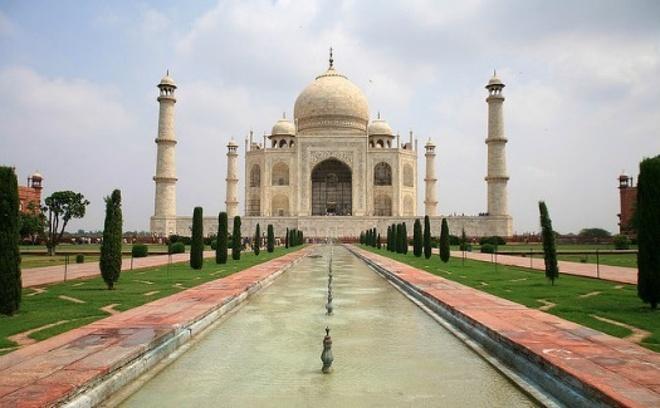 """Ấn Độ - phim """"Million Dollar Arm"""": Dựa trên một câu chuyện có thật, phim Million Dollar Arm của hãng Disney do Jon Hamm thủ vai một chuyên gia bóng chày đi tìm kiếm những tài năng trẻ tại đất nước Ấn Độ. Phim lấy bối cảnh những địa danh nổi tiếng như đền Taj Mahal và các khu chợ trời ở Mumbai cùng những ngôi làng ở Ấn Độ."""