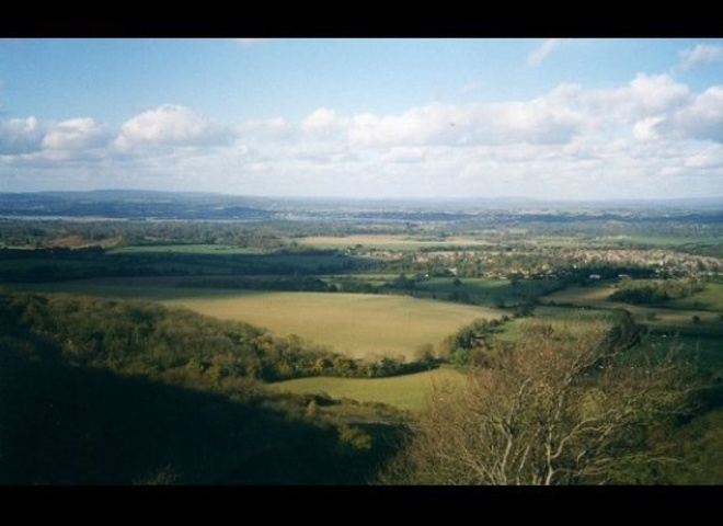 """Sussex, Anh - phim """"Maleficent"""": Bộ phim nổi tiếng của hãng Disney được dựng từ nguyên tác câu chuyện """"Nàng công chúa ngủ trong rừng"""". Phim được quay tại một vùng đồng quê xanh tươi ở nước Anh, đặc biệt là công viên Petworth ở Sussex với những ngọn đồi, hồ nước mênh mông."""