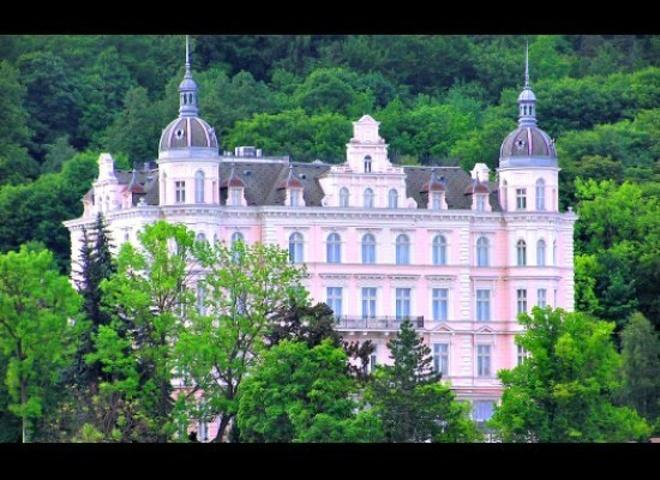 """Görlitz, Đức - phim """"The Grand Budapest Hotel"""": Câu chuyện xoay quanh những sự kiện xảy ra tại khách sạn The Grand Budapest, một lâu đài cổ tuyệt đẹp nằm sừng sững trên một đỉnh núi. Đây từng là một điểm đến yêu thích của giới quý tộc và những người giàu có. Trên thực tế, phim được quay tại một trung tâm mua sắm ở Görlitz, Đức. Đây cũng là bối cảnh của những bộ phim nổi tiếng như Inglourious Basterds, và Around the World in 80 Days. Mặc dù đạo diễn phim The Grand Budapest Hotel sử dụng một mô hình khách sạn mini để quay ngoại cảnh, nhưng ý tưởng được lấy từ khách sạn Palace Bristol ở CH Séc."""