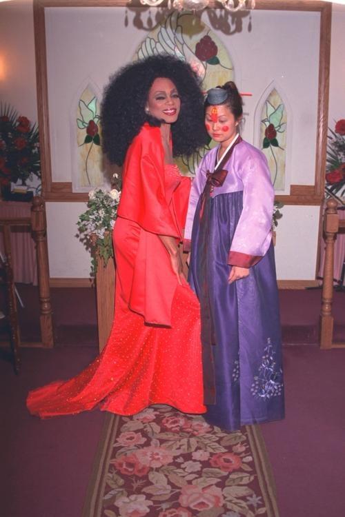 Kết hôn với người đóng vai Diana Ross ở Las Vegas.