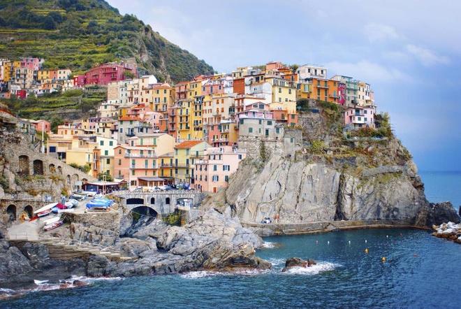 Làng Manarola, Cinque Terre, Italy: Ngôi làng trông giống như một hộp bút chì màu khổng lồ với những tòa nhà đầy màu sắc sẽ là nền cảnh tuyệt đẹp cho những bức ảnh selfie để đời.