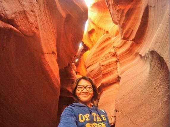 Antelope Canyon, Arizona: Hẻm núi nổi tiếng với ánh sáng mặt trời lọt xuống vào một số thời điểm nhất định trong ngày rọi vào vân đá, khiến cảnh tượng trở nên vô cùng lung linh.