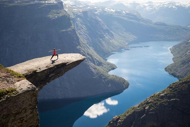 """Trolltunga, Nauy: Không khí ở vùng Trolltunga rất trong lành, với vách đá cao 700m từ mặt hồ Ringedalsvatnet. Ảnh selfie ở đây chắc chắn sẽ rất """"hot"""" trên Instagram."""
