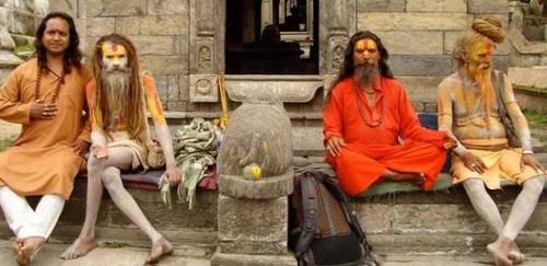 Cac tuc le ky quai o An Do hinh anh 1 Ăn thịt người chết: Tập tục kỳ lạ này là của người Aghori Babas sống ở Varanasi, Ấn Độ. Người Aghori thờ thần Shiva như đấng tối cao, nổi tiếng với những hủ tục sau khi chết. Họ không coi bất kỳ điều gì là cấm kỵ, kể cả ma túy, rượu, các hành vi tình dục quái gở…  Sau khi hỏa táng, họ lấy tro của người chết để bôi khắp người, lấy xương và đầu lâu làm bát ăn hoặc đồ trang sức, thậm chí làm tình với xác chết. Ghê rợn hơn, người Aghori còn vớt các xác chết từ sông Hằng lên để ăn. Họ tin rằng sức mạnh đến từ cái chết. Một số nghi lễ kỳ quặc khác phải kể đến việc đi trên lửa để thể hiện lòng tôn kính với thần Draupadi của người Timiti ở Tamil Nadu, hay móc những móc sắt vào lưng người để treo lên ở đền Kali, Kerala… Thời trước, các góa phụ trẻ bị thiêu theo chồng.