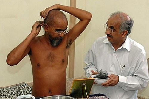 Cac tuc le ky quai o An Do hinh anh 3 Cạo đầu dâng thần thánh: Người dân ở một số vùng tại Ấn Độ tin rằng, cạo đầu dâng tóc cho thần thánh là để tỏ lòng biết ơn. Kỳ quặc hơn, người theo đạo Jain không chỉ cạo mà còn nhổ sạch tóc trên đầu bằng cách tự nhổ hoặc nhờ người khác nhổ cho. Mỗi năm họ làm từ 1 – 2 lần, để tự rèn luyện sức chịu đựng những cơn đau.