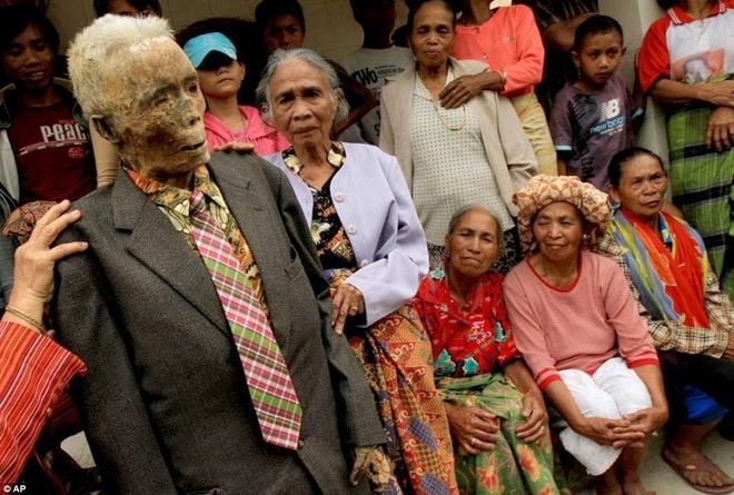 Phong tục ma chay của người Toraja ngày nay trở nên nổi tiếng, thu hút hàng ngàn du khách và các nhà nhân chủng học đến đảo mỗi năm. Từ năm 1984, Tana Toraja được Bộ Du lịch Indonesia coi là là điểm du lịch quan trọng thứ hai chỉ sau Bali.