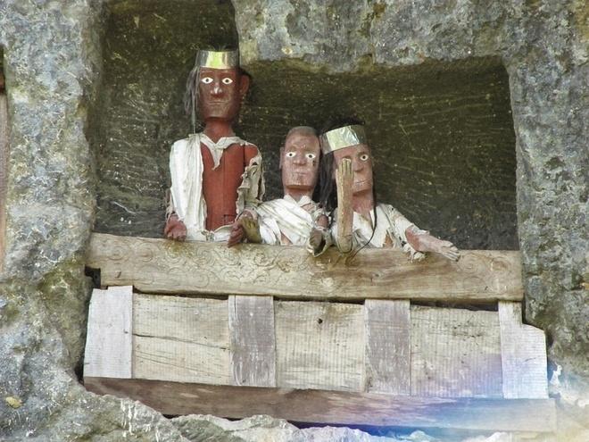 Một hình nộm gỗ gọi là Tau tau tượng trưng cho người chết được treo ngoài cửa hang, nhìn ra xung quanh.
