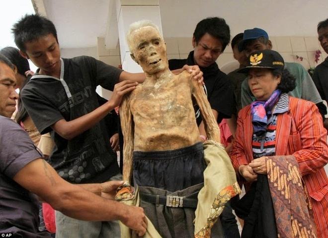 Sau khi chôn cất, khách khứa ăn uống rồi ra về, nhưng nghi lễ vẫn chưa hoàn thành. Sau vài năm, vào tháng 8, họ thực hiện một nghi lễ khác có tên Ma'Nene. Xác chết được khai quật và rửa sạch, mặc quần áo mới rồi được đưa đi quanh làng như zombie.