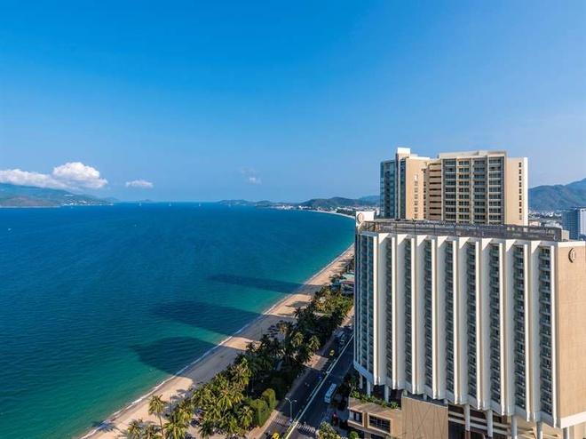 5 khach san dang cap quoc te tai Nha Trang hinh anh 1 InterContinental Nha Trang (32- 34 Trần Phú): Khách sạn bao gồm 279 phòng nghỉ sang trọng được thiết kế theo phong cách hiện đại bởi kiến trúc sư nổi tiếng người Singapore Tan Hock Beng, người từng thiết kế rất nhiều khu nghỉ dưỡng nổi tiếng ở châu Á. Khách sạn còn sở hữu sảnh tiệc với sức chứa lên đến 800 khách, 3 bể bơi ngoài trời, Spa InterContinental, câu lạc bộ Kid's Club dành cho trẻ em… Ảnh: agoda