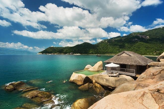 5 khach san dang cap quoc te tai Nha Trang hinh anh 3 Six Senses Ninh Van Bay (vịnh Ninh Vân): Khu nghỉ dưỡng có 58 villa nằm bên những con đường lát đá, san hô, những bãi biển tuyệt đẹp với bờ cát trắng và núi non hùng vĩ. Six Senses Ninh Van Bay được CN Traveler xếp vào danh sách các khách sạn tốt nhất Việt Nam. Ảnh: sixsenses