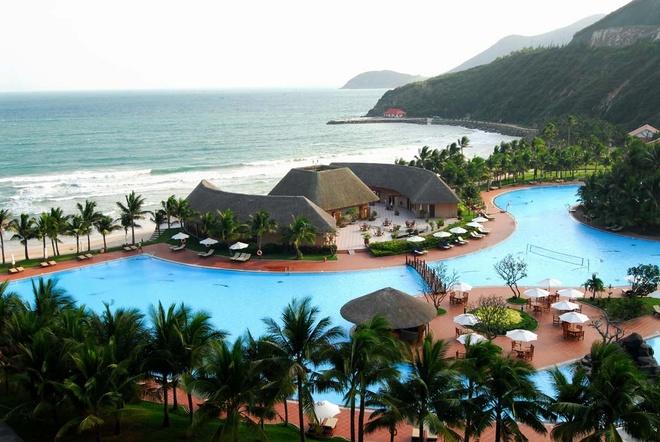 5 khach san dang cap quoc te tai Nha Trang hinh anh 4  Vinpearl Resort Nha Trang (đảo Hòn Tre, Cầu Đá, Vĩnh Nguyên): Tọa lạc tại vị trí riêng biệt và đẹp nhất trên đảo Hòn Tre, hướng nhìn ra vịnh Nha Trang, một trong những vịnh biển đẹp nhất thế giới, Vinpearl Resort Nha Trang bao gồm 2 tòa nhà Excutive và Deluxe với 485 phòng, được thiết kế sang trọng, nội thất hiện đại theo tiêu chuẩn quốc tế 5 sao. Khu du lịch và tổ hợp khách sạn Vinpearl Nha Trang có nhiều loại phòng với mức độ sang trọng khác nhau, các phòng đều có ban công riêng và bàn ghế được làm bằng song mây. Ảnh: vietnamtours