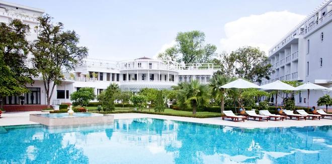 5 khu nghi duong dang cap nhat xu Hue hinh anh 2 La Residence (5 Lê Lợi, Vĩnh Ninh): Từng là dinh thự của thống đốc Pháp vào những năm 1920, La Residence soi bóng bên dòng Hương Giang. Khách sạn bao gồm 122 phòng mang đậm dấu ấn của trào lưu nghệ thuật trang trí nhiệt đới art-deco. La Residence từng được độc giả CN Traveler bình chọn là top 20 khu nghỉ mát hàng đầu châu Á năm và lọt vào danh sách top 500 khách sạn tốt nhất thế giới do tạp chí Travel & Leisure bình chọn. Ảnh: LaResidence.