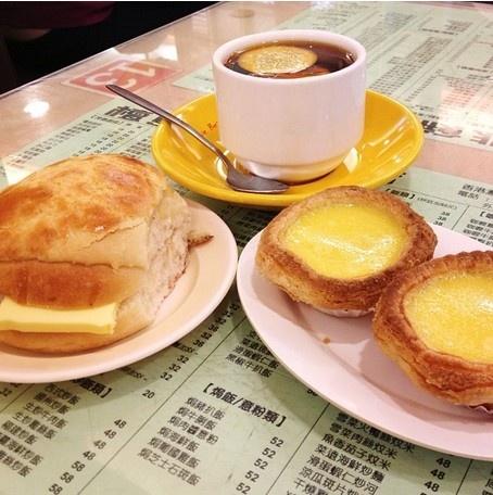 24 gio met nhoai o Hong Kong hinh anh 10 15h: Trà chiều kiểu Hong Kong thường phục vụ món bánh ngọt và một ly trà sữa đặc lúc 15h15. Quán cà phê Honolulu nổi tiếng với loại bánh trứng và các loại bánh ngọt. Bạn hãy thử món bor lor yau, một món bánh táo với lớp bơ dày nằm giữa lớp bánh mì mềm mại. Bánh này thực ra không có táo, mà cái tên này để mô tả phần vỏ ngọt giòn tan.