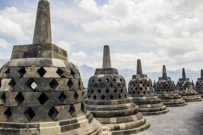 16 cong trinh co dai sung sung voi thoi gian hinh anh 8 Borobudur: Đây là ngọn tháp phù đồ Phật giáo lớn ở miền trung đảo Java, Indonesia. Borobudur được dựng vào khoảng thế kỷ thứ 8 - 9 dưới vương triều Sailendra vốn sùng đạo Phật. Sau khi vương triều Phật giáo Sailendra sụp đổ, khu vực này bị bỏ hoang và lãng quên trong suốt 10 thế kỷ. Vào năm 1814, một phái đoàn các nhà khoa học châu Âu, do chính quyền thuộc địa Hà Lan ở Indonesia cử đến, mới tiến hành nghiên cứu và tu bổ lại ngôi đền. Cấu trúc ngôi phù đồ gồm 12 nền lộ thiên to, nhỏ, vuông, tròn xen kẽ, chồng lên nhau tạo thành một khối cao 42 m. Các bậc thềm từ tầng 1 đến tầng 9 được phủ kín những phù điêu, chạm trổ công phu, mô tả về cuộc đời của đức Phật Thích Ca Mầu Ni, các Bồ Tát và các vị đã giác ngộ Phật pháp, và cả những cảnh trên niết bàn hay dưới địa ngục…