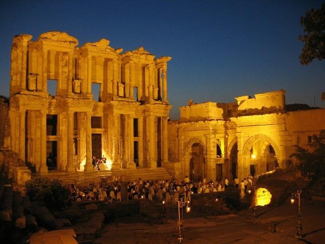 16 cong trinh co dai sung sung voi thoi gian hinh anh 9 Ephesus: Nằm ở Thổ Nhĩ Kỳ, nơi đây khởi đầu là một cảng thương mại trên vùng duyên hải Ionia. Ephesus được xây dựng từ thế kỷ thứ 10 trước công nguyên. Thành phố trở nên thịnh vượng sau khi thuộc quyền kiểm soát của cộng hòa La Mã trong năm 129 trước công nguyên. Ước tính, Ephesus có dân số từ 33.600 - 56.000 người trong thời cộng hòa La Mã, và là thành phố lớn thứ 3 của vùng Tiểu Á thuộc La Mã, sau 2 thành phố Sardis và Alexandria Troas.