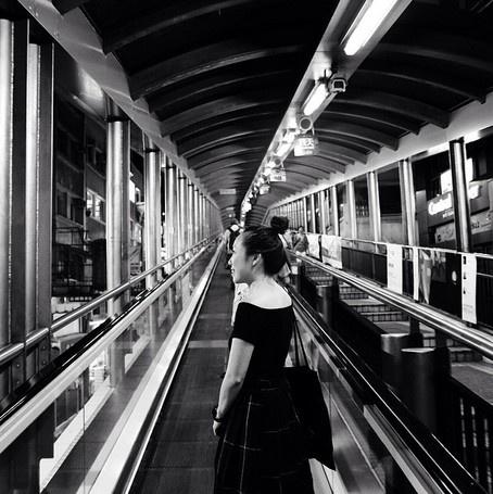 24 gio met nhoai o Hong Kong hinh anh 12 17h: Trải nghiệm mạng lưới thang máy Mid-Levels, mạng lưới lớn nhất thế giới. Nó kết nối từ khu dân cư Mid-Levels đến khu trung tâm, luôn tấp nập lúc sáng và chiều muộn khi mọi người đi làm và về nhà.