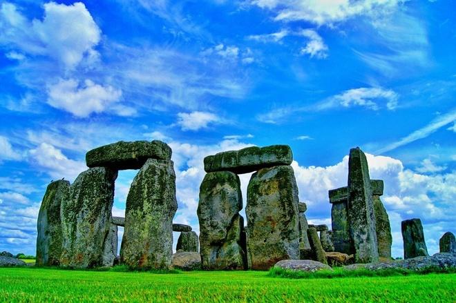 16 cong trinh co dai sung sung voi thoi gian hinh anh 14 Stonehenge: Địa danh hoang tàn ở Anh này luôn là một trong những bí mật của thế giới. Những cuộc khai quật gần đây cho thấy Stonehenge còn là nơi chôn cất một thời. Đây còn được cho là địa danh tôn giáo do hướng tới chu kỳ mặt trời. Mỗi phiến đá ở đây nặng tới 45 tấn, được xếp chồng lên nhau mà không hề sử dụng xe kéo.