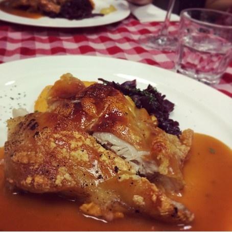 24 gio met nhoai o Hong Kong hinh anh 14 19h: Ăn tối tại ABC Kitchen ở khu Sheung Wan với đồ ăn kiểu Âu. Món lợn sữa giòn hay các loại hải sản được phục vụ trên những chiếc bàn trải khăn kẻ ca rô đỏ sẽ là trải nghiệm thú vị cho du khách.