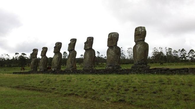16 cong trinh co dai sung sung voi thoi gian hinh anh 13 Tượng Moai: Đảo Easter, Chile là một trong những hòn đảo bị cách ly nổi tiếng với những bức tượng Moai do người Polynesia chạm khắc những năm 1250 – 1500 sau công nguyên. Tất cả các bức tượng đều được chế tạo từ đá nguyên khối, có nghĩa được tạc từ một tảng duy nhất. Moai lớn nhất từng được dựng lên là