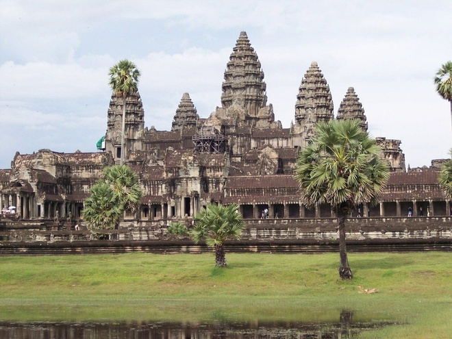 16 cong trinh co dai sung sung voi thoi gian hinh anh 16 Đền Angkor Wat: Đền được xem là công trình tưởng niệm tôn giáo đơn lẻ lớn nhất thế giới, có diện tích hơn 400 km vuông. Ngôi đền chính được xây từ năm 1113 đến 1150 bởi vua Suryavarman II và ngày nay xuất hiện trên cờ của Campuchia.