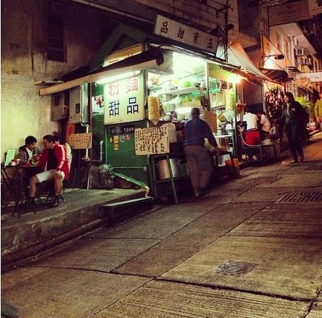 24 gio met nhoai o Hong Kong hinh anh 18 23h: Ăn đêm ở một quầy bán đồ ăn ngoài phố vừa rẻ vừa ngon mà không cần ghé các nhà hàng sang trọng. Quầy Leaf Dessert với màu sơn xanh đặc trưng ở phố Elgin có tuổi đời hơn 100 năm, bán các món như hoành thánh, ức bò, mì giò heo, phục vụ vừa nhanh vừa rẻ. Món tráng miệng có thể kể đến chè đậu đỏ hoặc bánh gạo nếp đậu phộng.
