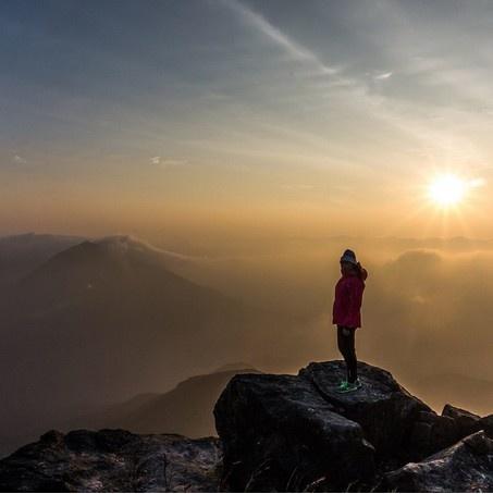 24 gio met nhoai o Hong Kong hinh anh 1 6h: Ngắm mặt trời mọc ở South Lantau. Bạn có thể ở tại nhà nghỉ Ngong Ping Youth đêm trước đó rồi đi bộ lên đỉnh Lantau là nơi lý tưởng nhất ngắm cảnh bình minh tuyệt đẹp.