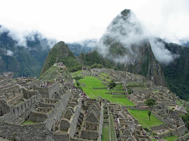 16 cong trinh co dai sung sung voi thoi gian hinh anh 1 Machu Picchu: Nằm trên dãy núi cao ở Peru, thành phố mất tích của người Inca được sử gia người Mỹ Hiram Bingham phát hiện vào năm 1911. Nơi này ẩn náu trong những khu rừng trong thời kỳ Tây Ban Nha chinh phục Nam Mỹ. Kể từ đó, Machu Picchu đã trở thành một điểm thu hút khách du lịch quan trọng nhất ở Peru, là biểu tượng quen thuộc nhất của thế giới Inca.