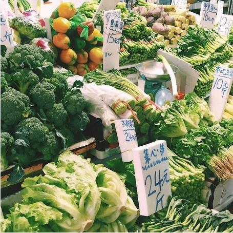 24 gio met nhoai o Hong Kong hinh anh 3 8h: Đi chợ vào buổi sáng là thời điểm tuyệt nhất để khám phá cuộc sống của người địa phương. Mọi người thường đổ đến đây vào buổi sáng để mua được những thực phẩm tươi ngon nhất. Ở quận nào cũng có chợ, nhưng chợ trời Graham Street ở khu trung tâm là lâu đời và tấp nập nhất Hong Kong.