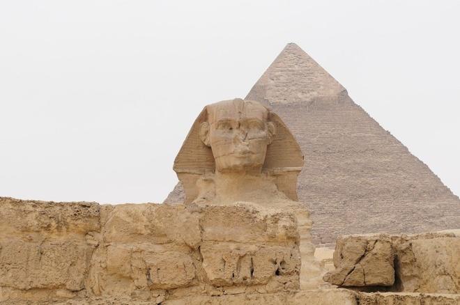 16 cong trinh co dai sung sung voi thoi gian hinh anh 3 Kim tự tháp Giza:  Nằm ở sa mạc phía nam Cairo, Ai Cập, 3 ngọn kim tự tháp khổng lồ vươn lên từ cát. Ngọn cao nhất có tên The Pyramid of Khufu, hay còn gọi là The Great Pyramid, và cũng là địa danh lâu đời nhất trong số 7 kỳ quan thế giới cổ đại. Các bức tượng nhân sư lớn được xây dựng tại khu kim tự tháp, với ý nghĩa để bảo vệ thi hài vua và nữ hoàng.