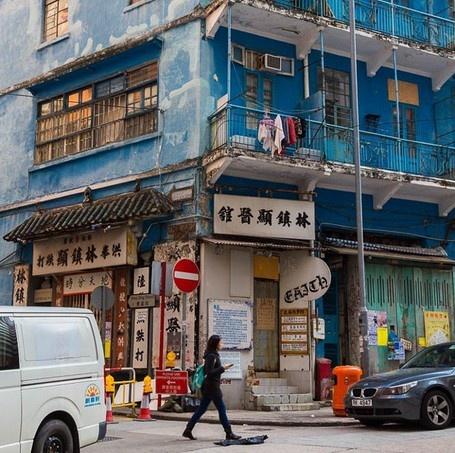 """24 gio met nhoai o Hong Kong hinh anh 5 10h: Thăm Nhà Xanh, tòa nhà có từ những năm 1920 hiếm hoi còn sót lại với cấu trúc """"tong lau"""" làm bằng gạch và gỗ. Bảo tàng Wai Chai Livelihood nằm ở tầng trệt tòa nhà. Xung quanh tòa nhà là các quán bar, nhà hàng, xưởng sửa chữa ôtô và các cửa hàng từ thiện."""